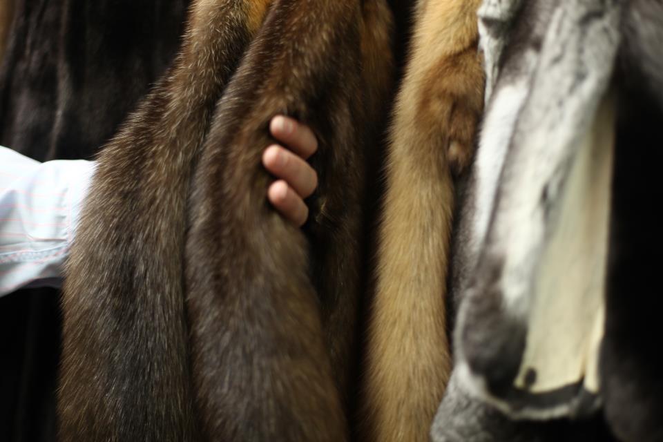 Допустимые дефекты после чистки кожаных и меховых изделий